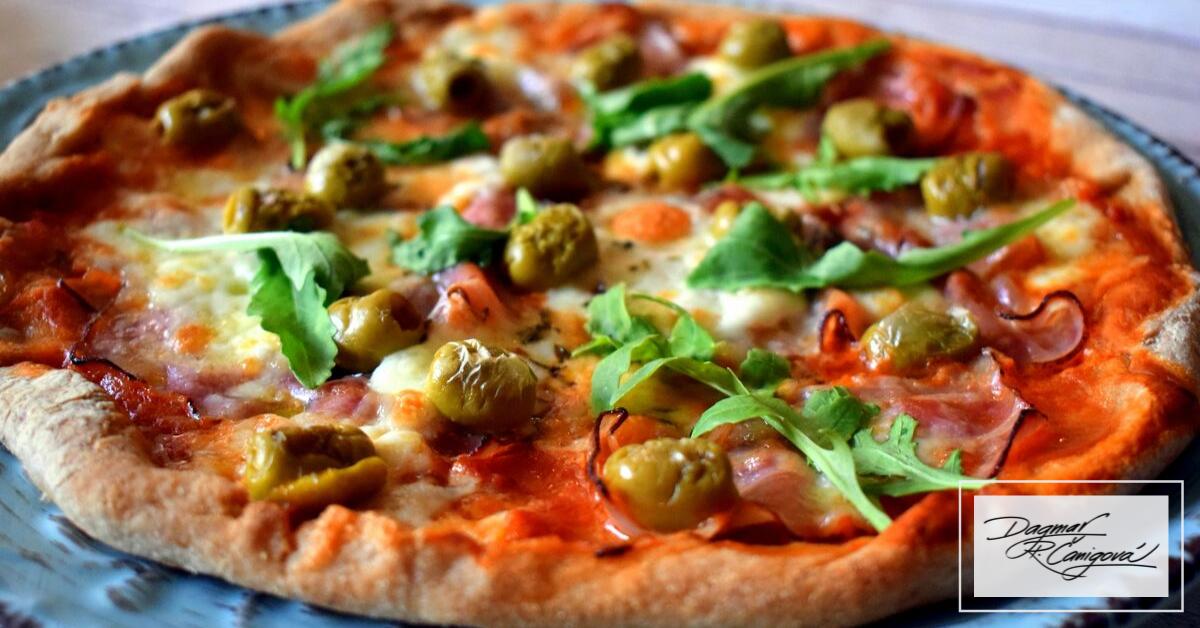 Bezlepková kvásková pizza s olivami, slaninou a vegánskym syrom